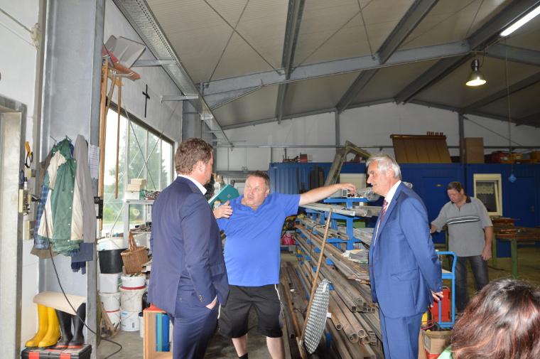 Uli Grötsch im Gespräch mit Gerhard Plannerer und Bürgermeister Manfred Kratzer (von links)